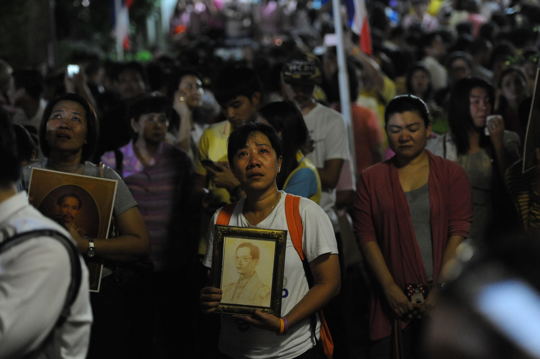 Oamenii din Thailanda își plâng regele