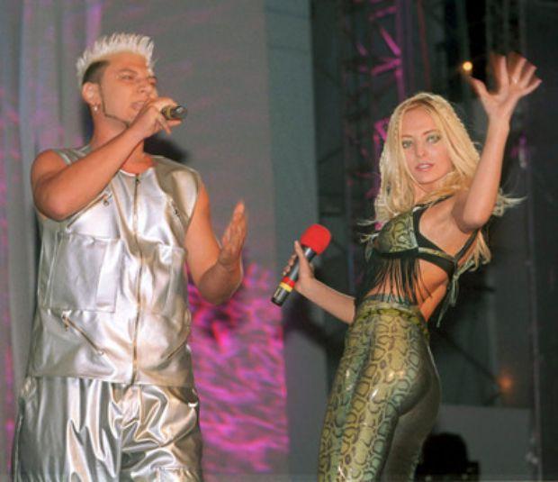 Nick și Delia pe vremea când făceau parte din trupa N&D, într-un concert, în anul 2000