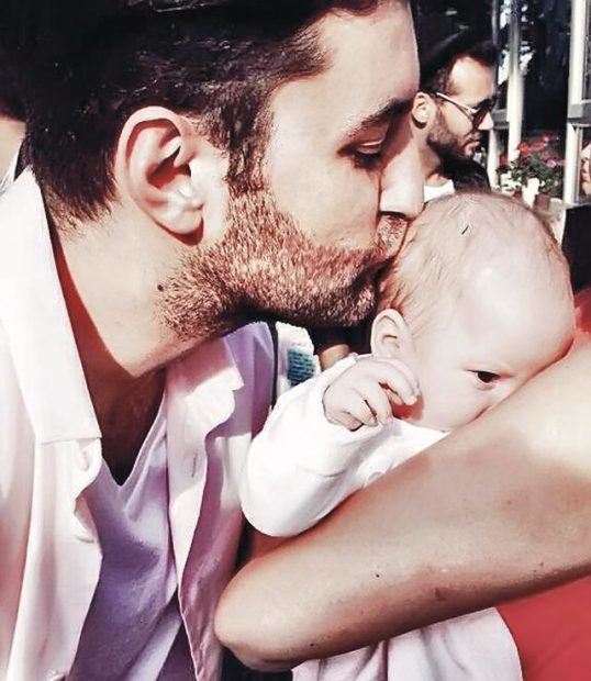 Iată-l pe Smiley cu fina lui, Sofia, mezina familiei Bartoș, în ziua botezului. Poza a făcut furori pe Facebook!