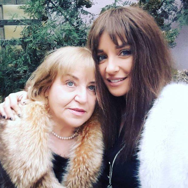 Tania Budi și mama ei, într-o imagine de colecție.