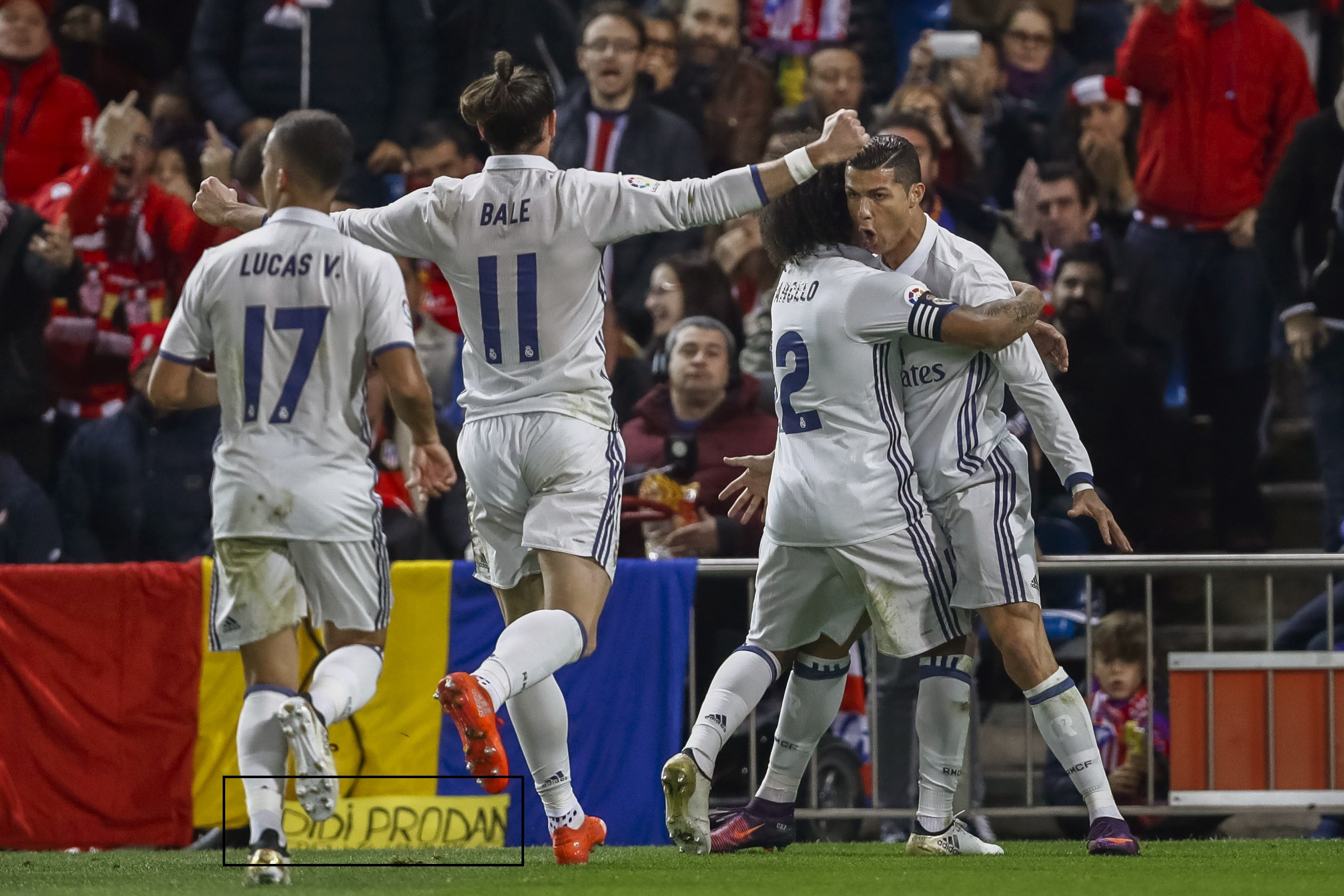 epa05638820 Real Madrid's Portuguese striker Cristiano Ronaldo (R) celebrates with his team mates after scoring the 0-1 during the Spanish Liga's Primera Division match between Atletico Madrid and Real Madrid at Vicente Calderon stadium in Madrid, central Spain, 19 November 2016. EPA/EMILIO NARANJO