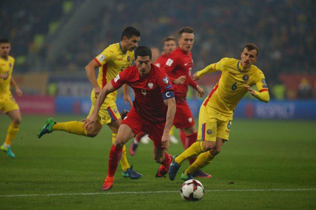 Vlad Chiricheş (în galben) nu a reuşit să-i facă faţă polonezului Robert Lewandowski. (FOTO: Vlad Chirea)