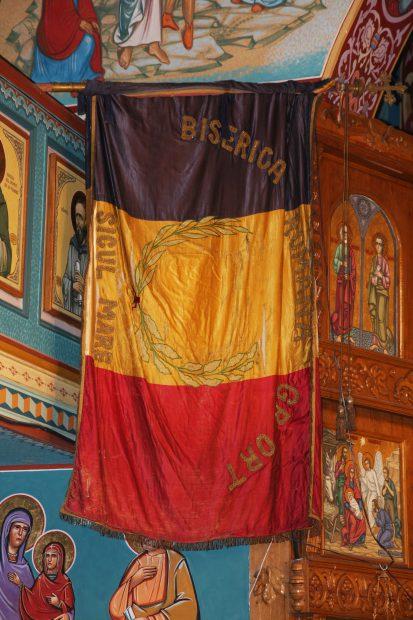 Drapel pentru Marea Unire din 1918, salvat de la distrugere. Tricolorul cusut cu fir de aur a fost ascuns sub dușumeaua altarului unei vechi biserici