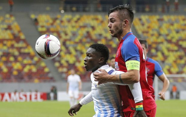 epa05594416 Zurich's Moussa Kone (L) in action against Steaua's Alin Tosca (R) during the UEFA Europa League group L match between FC Steaua Bucharest and FC Zurich at the National Arena stadium in Bucharest, Romania, 20 October 2016. EPA/ROBERT GHEMENT