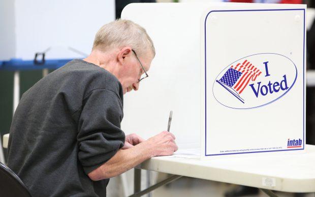 Un bărbat își exprimă opțiunea electorală, într-o secție de votare de pe Coasta de Est a SUA