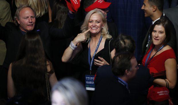 Susținătorii lui Donald Trump se bucură pe măsură ce sunt anunțate rezultatele alegerilor, la hotelul New York Hilton Midtown