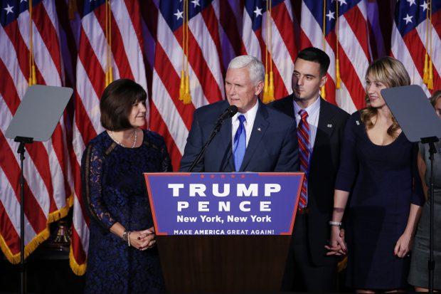 candidatul republican la vicepreședinție, Mike Pence, pe scenă, înainte de discursul victoriei