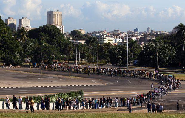 Mii de oameni au stat la coadă în Piața Revoluției din Havana, pentru a-și lua la revedere de la Fidel Castro