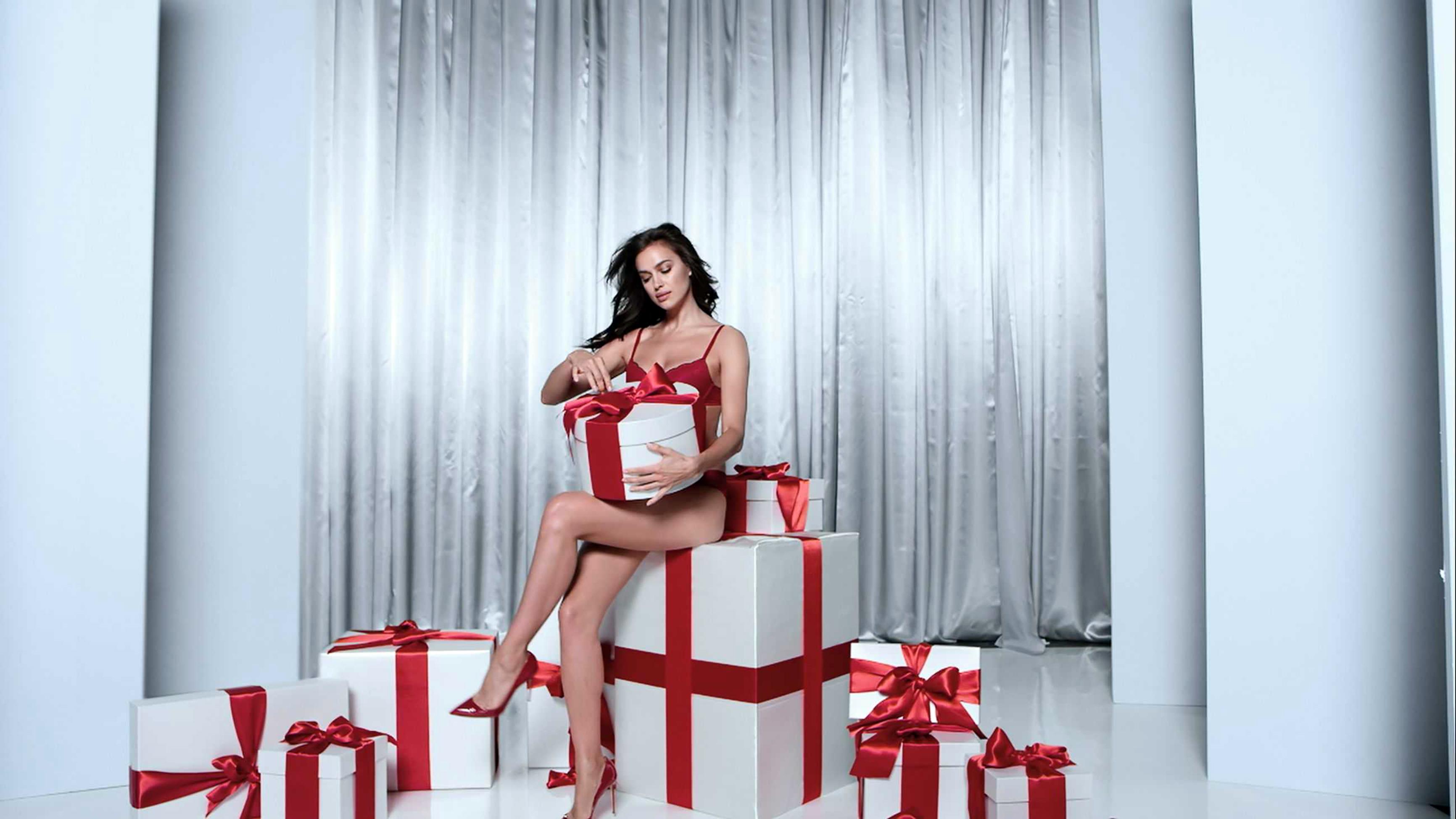 Fotomodelul Irina Shayk a devenit imaginea campaniei de sărbători a brandului italiande lenjerie intimă, Intimissimi.