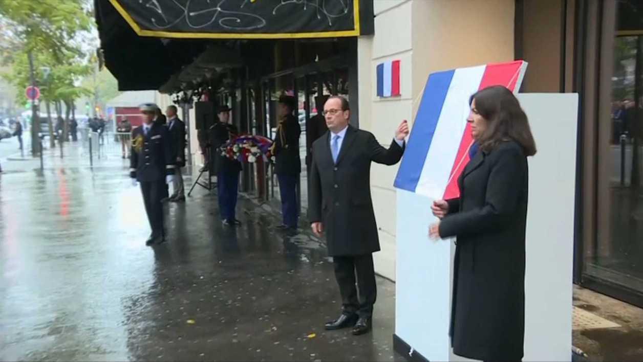 Holland și primarul Parisului, la dezvelirea plăcii din fața sălii Bataclan