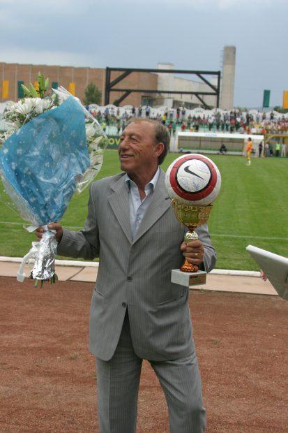 Nicolae Dobrin tine in mana un buchet de flori si o cupa, primite cu ocazia aniversarii zilei sale, inainte de meciul FC Vaslui-FC Arges, din cadrul etapei a V-a a Ligii I, disputat in Vaslui, sambata, 26 august 2006. LIVIU CHIRICA / MEDIAFAX