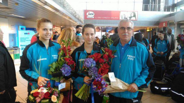 Adina Diaconu și Andreea Dragoman, alături de antrenorul Petre Arnăutu, la revenirea în țară în postura de campioane mondiale la tenis de masă.