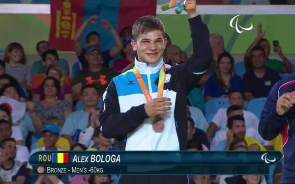 Nevăzătorul Alex Bologa, pe podiumul Jocurilor Paralimpice de la Rio de Janeiro.