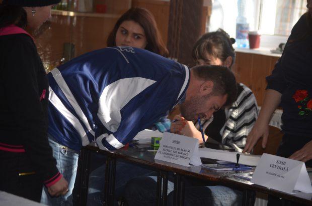 Un bărbat din Buzău, fără mâini, a mers la vot