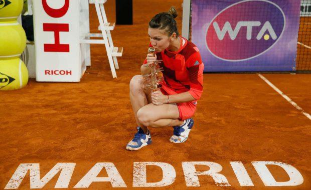 Simona Halep, sărutând trofeul câștigat la Madrid. (FOTO: EPA)