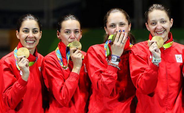 Spadasinele Loredana Dinu, Simona Gherman, Simona Pop și Ana Maria Popescu (de la stânga), cu medaliile de aur cucerite la Jocurile Olimpice de la Rio. (FOTO: EPA)