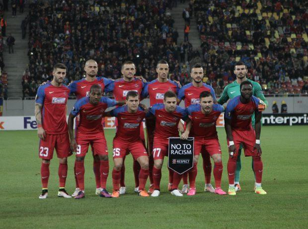 Fotbaliștii Stelei, la fotografia oficială care a precedat meciul retur cu Osmanlispor (2-1), din grupele Ligii Europa. Victoria nu avea să le folosească roș-albaștrilor, care au fost eliminați. (FOTO: Gabriel Pătruț)