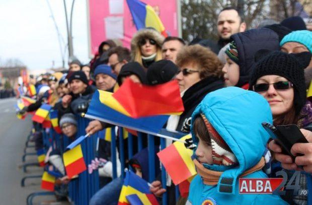 Peste 10.000 de oameni au venit să vadă parada militară în Alba Iulia.  sursă foto: alba24.ro