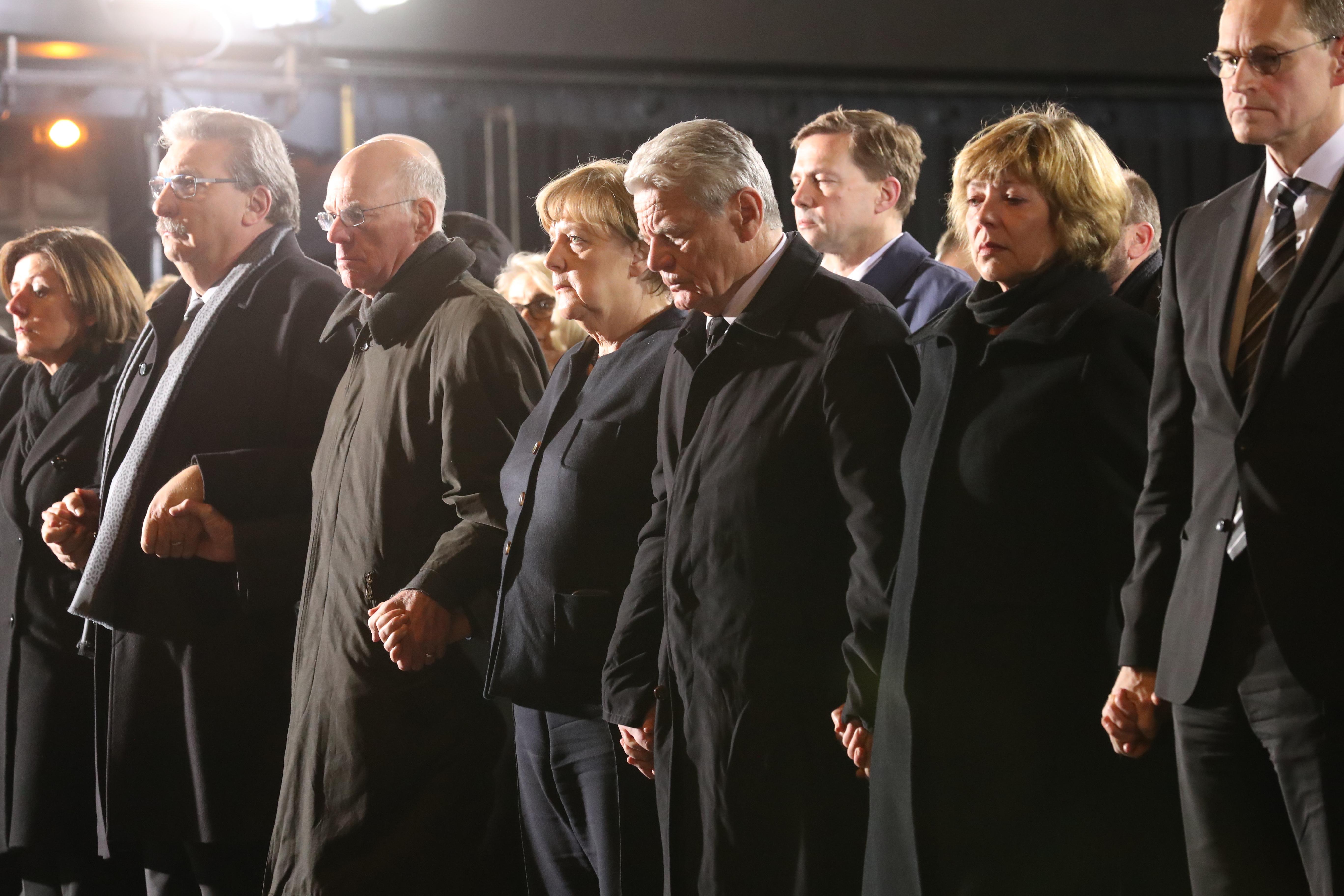 Angela Merkel și primarul Berlinului la slujba în memoria victimelor de la Berlin