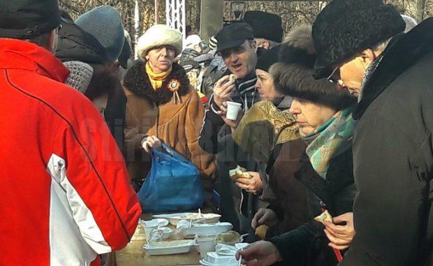 Oamenii s-au îmbulzit să prindă o porție de fasole și cârnați sursă foto: stiridebuzau.ro