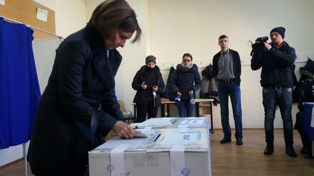 Soția președintelui Klaus Iohannis, Carmen Iohannis, în secția de votare