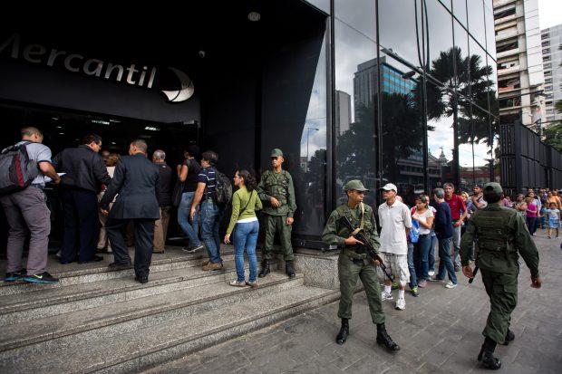 Cozi interminabile în Venezuela, pentru schimbarea bancnotelor de 100 de bolivari