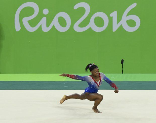 Simone Biles, în timpul exerciţiului la sol, datorită căruia a câştigat o medalie de aur la Jocurile Olimpice de la Rio de Janeiro. (FOTO: HEPTA)