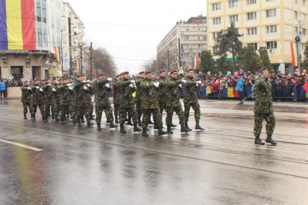 Militarii au defilat în centrul Iașiului în timp ce ningea sursă foto: ziaruldeiasi.ro