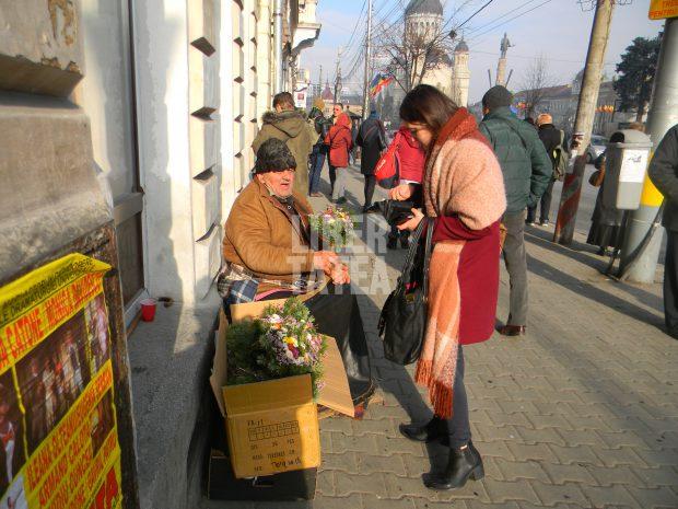 Un pensionar vinde flori în centrul Clujului