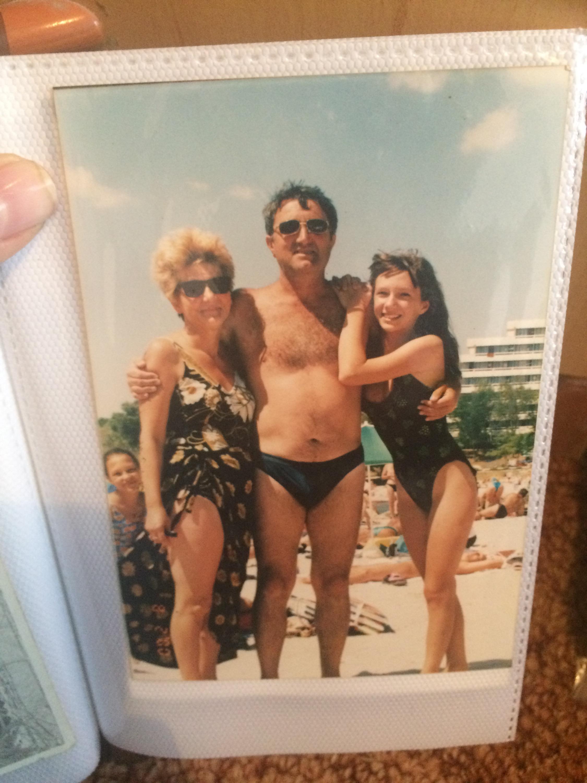 Adela Popescu, în adolescență, la mare, cu părinții săi