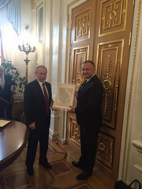 Igor Dodon a primit harta Moldovei istorice de la Vladimir Putin 1