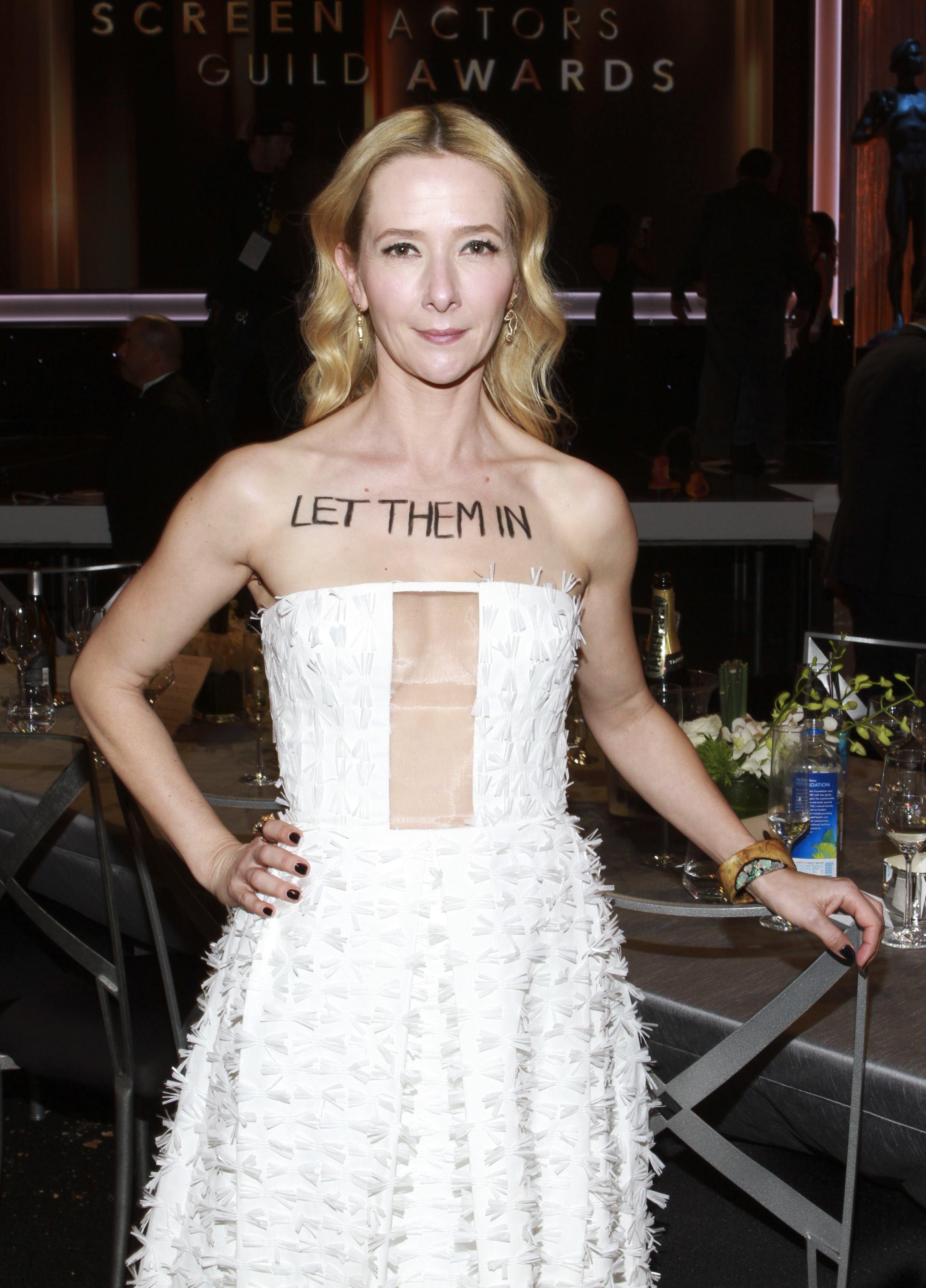"""Actrița Jocelyn Towne și-a scris pe piele mesajul """"Lasă-i să intre (n.r.- în țară)"""""""