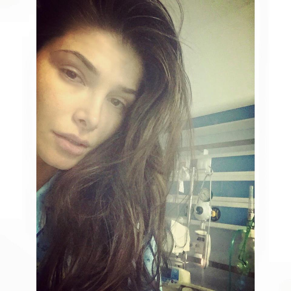 Alina Pușcaș, într-o cameră de spital, în pijamale și foarte palidă