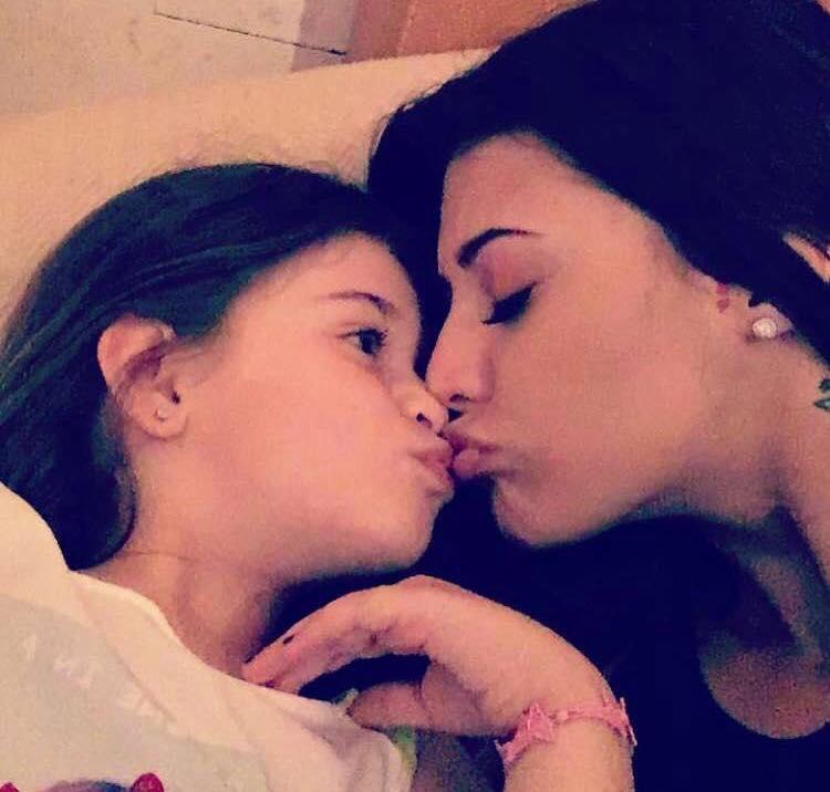 Antonia și fiica ei, Maya, într-un moment de tandrețe