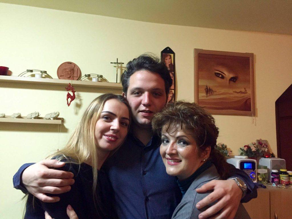 Carmen Rădulescu, în dreapta, alături de fiul ei, Sorin