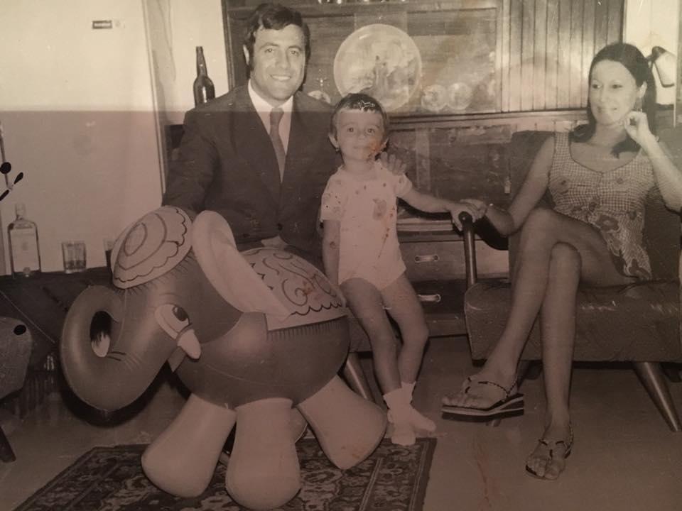 Dana Săvuică în copilărie, alături de părinții săi