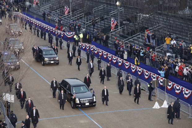 Donald Trump, pe bulevardul Pennsylvania, în drum spre Casa Albă