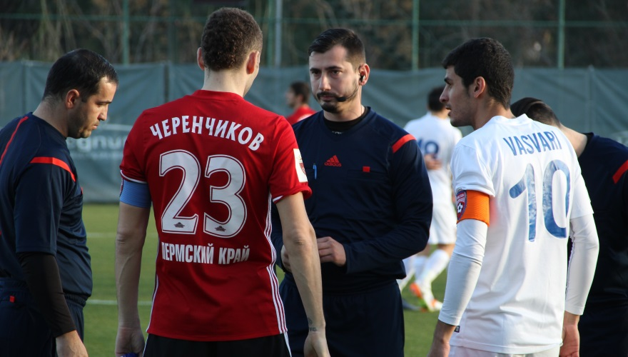 Arbitri români au luat identități false și au orchestrat blaturi pentru pariuri în Turcia și Cipru În imagine, se presupune că e Dan Petre, care se dă drept turc la meciul FC Botoșani - Amkar