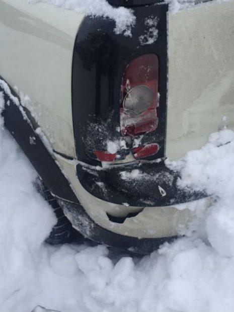 Mașina Denisei de la Bambi a fost lovită în parcare.