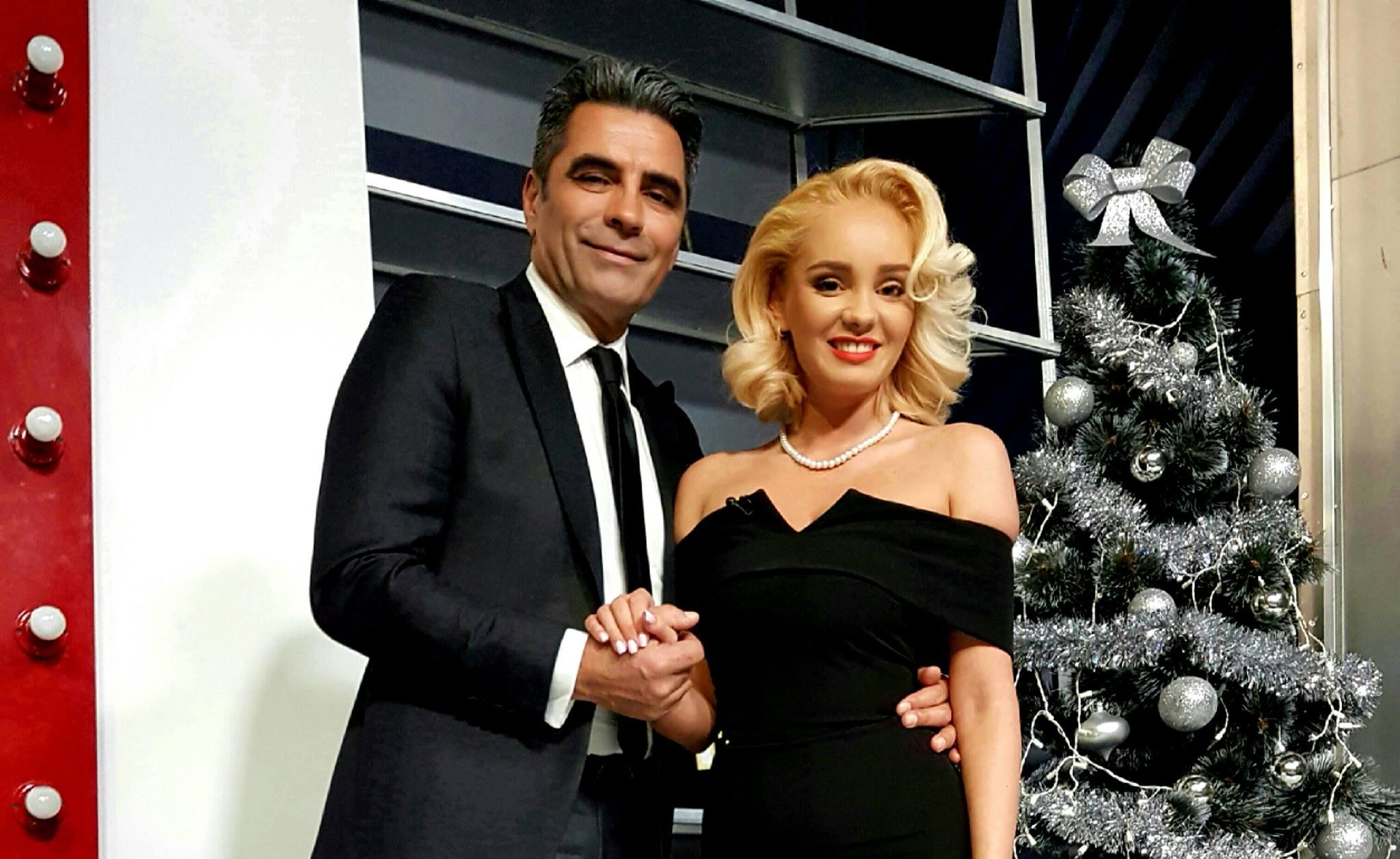 Maria Constantin și Marcel Toader, îmbrățișați lângă bradul de Crăciun