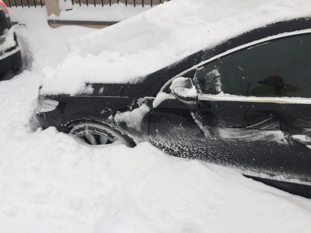 Tavi Clonda are mașina înțepenită în nămeți