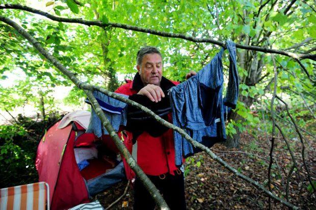 Brian Simmonds stă acum într-un cort