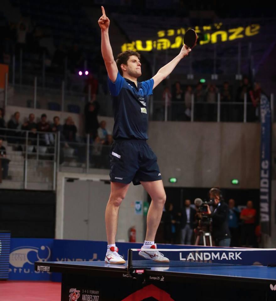 Dimitrij Ovtcharov s-a bucurat sus pe masă pentru trofeul câștigat FOTO: ittf.com