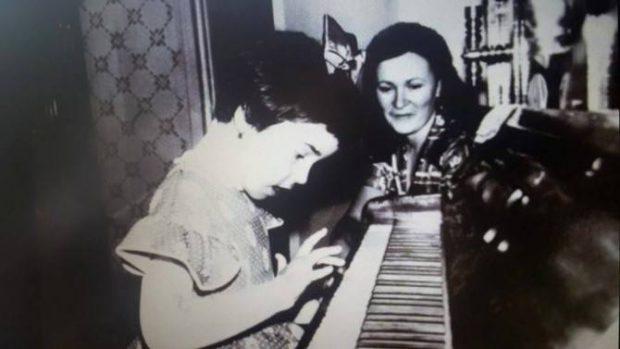 """Andreea Marin, surprinsă în timp ce cântă la pian. S-a întâmplat în pauza dintre filmări. """"Mi se făcuse dor"""""""