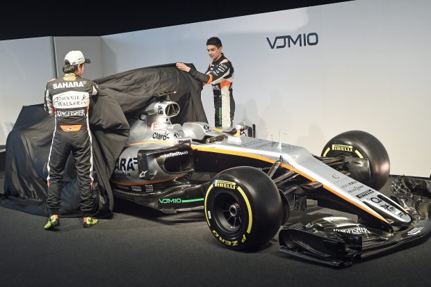 Piloții echipei Force India, dezvelind monopostul pentru sezonul 2017 al Formulei 1. (FOTO: EPA)