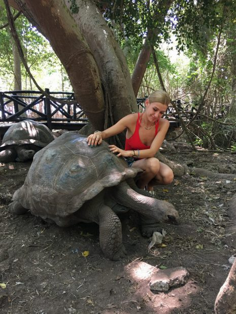 Alina Eremia a vizitat o rezervație de țestoase și și-a învins teama de înălțime, în Zanzibar