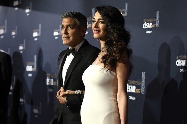 Amal Clooney și-a etalat pentru prima oară burtica de gravidă. Soții Clooney, pe covorul roșu de la Paris | FOTO
