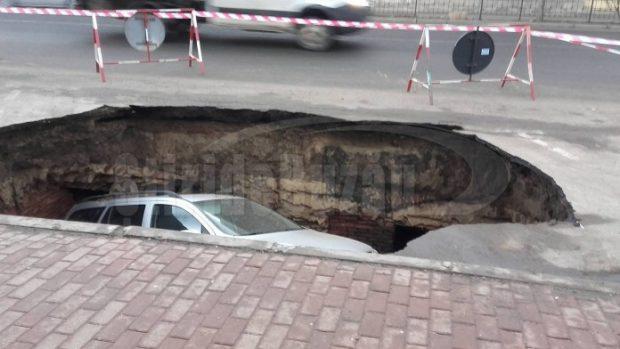 UPDATE: Mașina înghițită de asfalt în Râmnicu Sărat. Craterul e sit arheologic