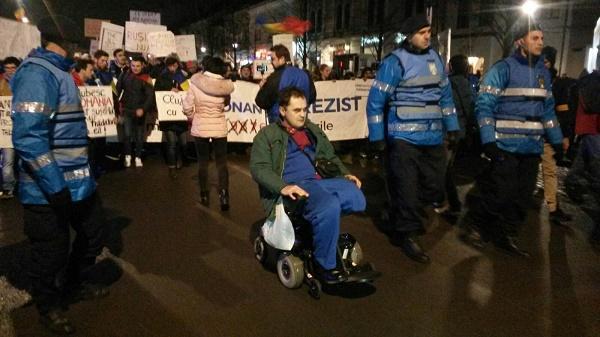 Un bărbat țintuit într-un scaun cu rotile a protestat la Cluj sursă foto: stiridecluj.ro