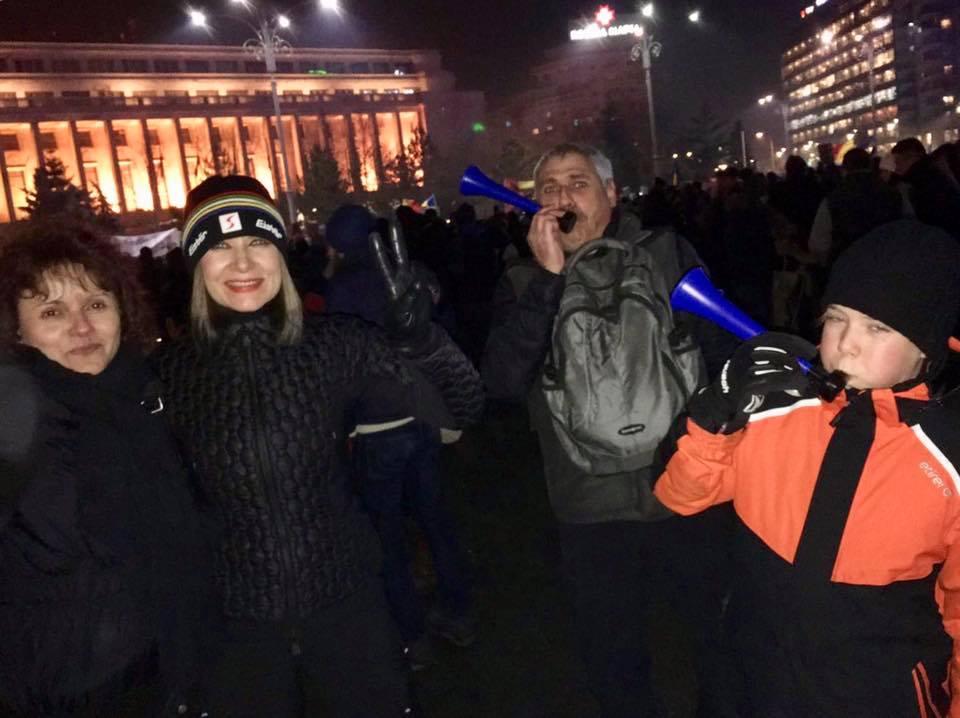 Creatoarea de modă Romanița Iovan a protestat joi seară în piață, alături de un grup de amici și de fiul ei, Albert